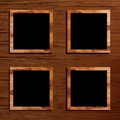 vier Bilderrahmen auf einem Holzhintergrund