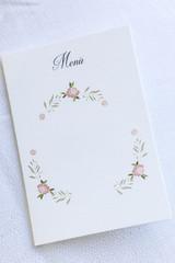 Menu in cartoncino con decorazione su sfondo bianco