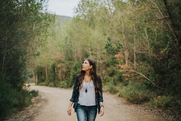 Chica caminado por el bosque sola