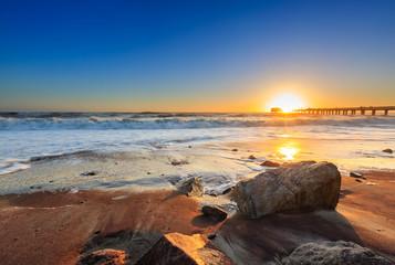 """Strand bei der ehemaligem Landungsbrücke """"Jetty"""" bei Sonnenuntergang, Swakopmund, Südatlantik, Erongo Region"""