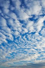 Viele fluffige Wolken am blauen Himmel