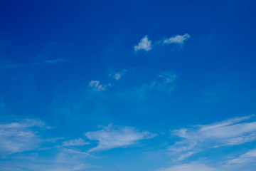Blauer Himmel mit wenigen Wolken