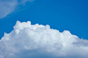 Wolkendecke am blauen Himmel