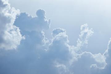 Viele Wolken ballen sich am Himmel