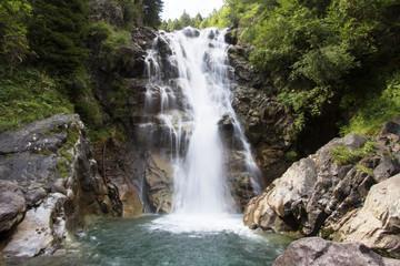 Cascata di montagna immersa nel verde della natura