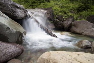 Sorgente d'acqua in alta montagna, fotografia in lunga esposizione