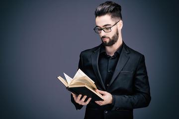 Portrait d'un jeune homme en costume, lisant un livre