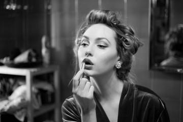 Bellissima ragazza davanti lo specchio si trucca