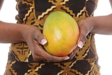 mains femme noire tenant une mangue