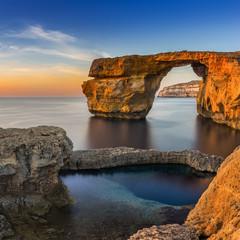 Gozo, Malta - Zachód słońca w pięknym Lazurowym oknie, naturalny łuk i słynny punkt orientacyjny na wyspie Gozo
