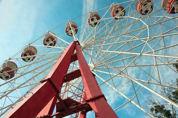 аттракцион в парке развлечений - колесо обозрений
