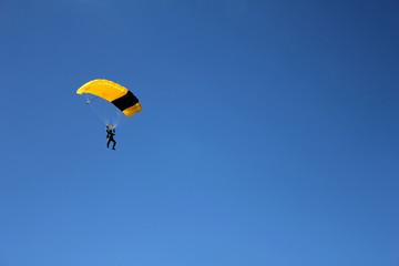 Fototapeten Luftsport skydiver on clear blue sky, parachutist