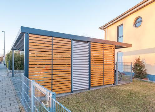 Moderner Aluminium-Carport vor Stadtvilla