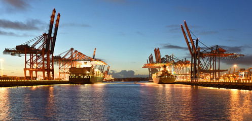 Autocollant pour porte Port Port with cranes and cargo ships // Hafen mit Kränen und Frachtschiffen