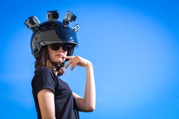 Une jeune femme porte sur sa tête plusieurs caméras fixées sur un casque