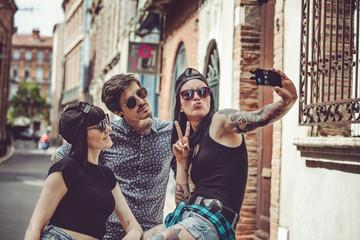 Selfie de trois jeunes personnes dans un paysage urbain