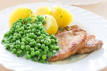 Schnitzel mit Erbsen und Kartoffeln