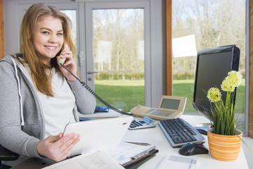 Junges Mädchen telefoniert im Büro
