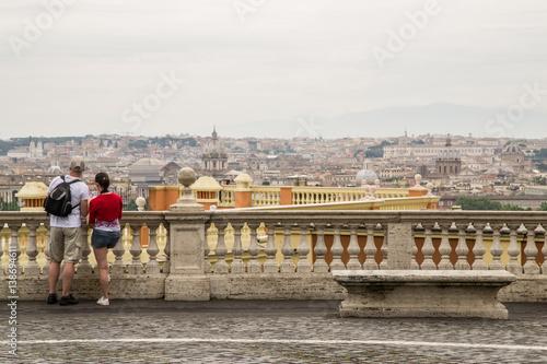 Giovane, coppia di turisti sulla terrazza del Gianicolo, Roma\
