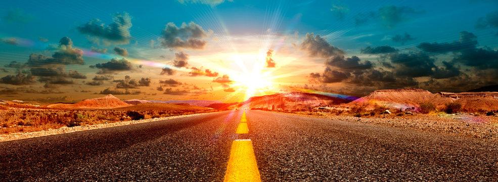 Concepto de aventuras y  viajes por el desierto.Paisaje carretera y puesta de sol.