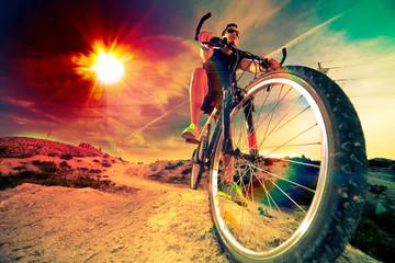 Deportes extremos. Bicicleta de montaña y hombre. Estilo de vida al aire libre deporte y aventuras. Bicicleta de montaña. Deporte y vida saludable