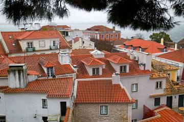 Blick vom Castelo de S. Jorge auf die roten Dächer von Baixa/Alfama  in Lissabon, Portugal
