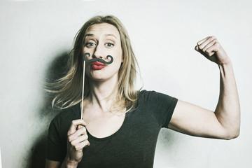 femme avec moustaches d'homme postiche