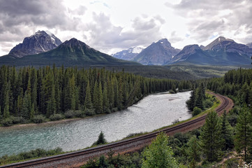 La pose en embrasure Parc Naturel river, railway and Rocky Mountains in Banff National Park, Alberta