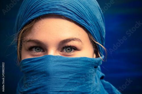 une jeune femme blonde aux yeux bleus avec un foulard bleu sur la t te et le visage fotos de. Black Bedroom Furniture Sets. Home Design Ideas