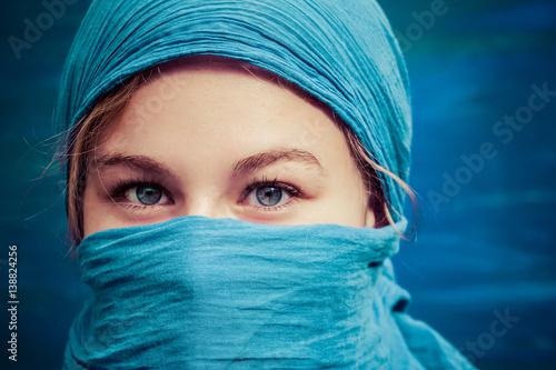 une jeune femme blonde avec un foulard bleu sur la t te et le visage immagini e fotografie. Black Bedroom Furniture Sets. Home Design Ideas