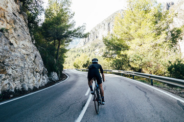Poster de jardin Cyclisme Cyclist on a mountain road
