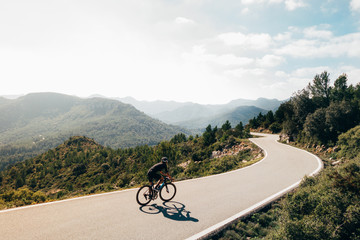 Photo sur Aluminium Cyclisme Cyclist on the mountain road