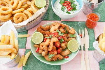 Gebackene Shrimps und Tintenfischringe