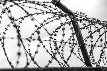 Gefängnis mit Natodraht gesichert