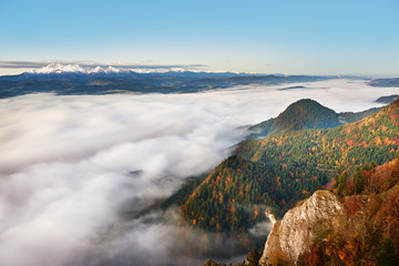 Szczyty Tatr widoczne z Trzech Koron nad doliną wypełnioną mgłą