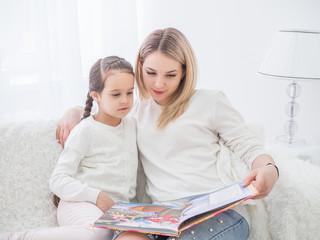 мама и дочь читают книгу