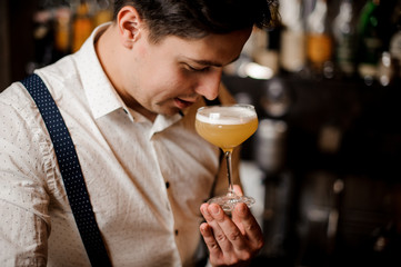 close up barman holding a coctail