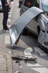 Motorhaube lehnt an Unfallwagen