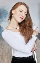 Портрет рыжеволосой молодой деловой девушки