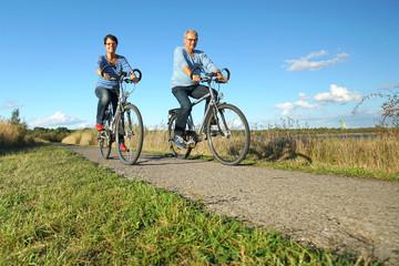 Senioren fahren Rad in der Natur