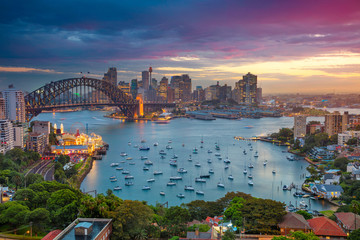 Stores photo Australie Sydney. Cityscape image of Sydney, Australia with Harbour Bridge and Sydney skyline during sunset.