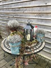 Tisch Dekoration mit Blumen und Kerze