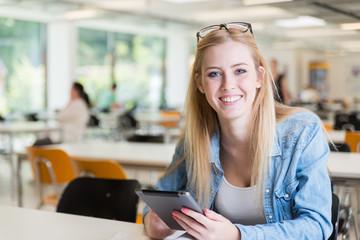 Studentin beim Lernen mit Tablet