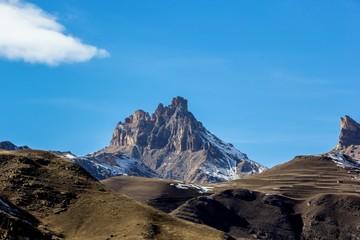 горная вершина, высокая скала, вид на горные склоны, природа Северного Кавказа