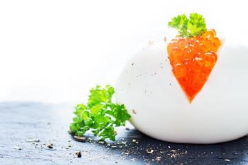 Ei mit Kaviar und Petersilie