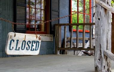 Closed! Geschlossen! Zugesperrt! Schild vor Geschäft