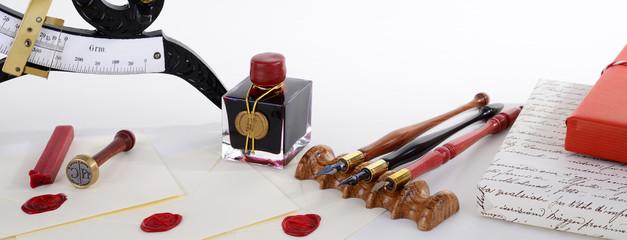 Schreibfeder mit Tusche, versiegelten Briefumschägen und Siegel