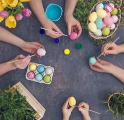 hände färben ostereier / hands coloring easter eggs