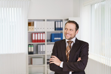 lächelnder mitarbeiter im büro