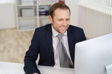 geschäftsmann schaut auf seinen computer